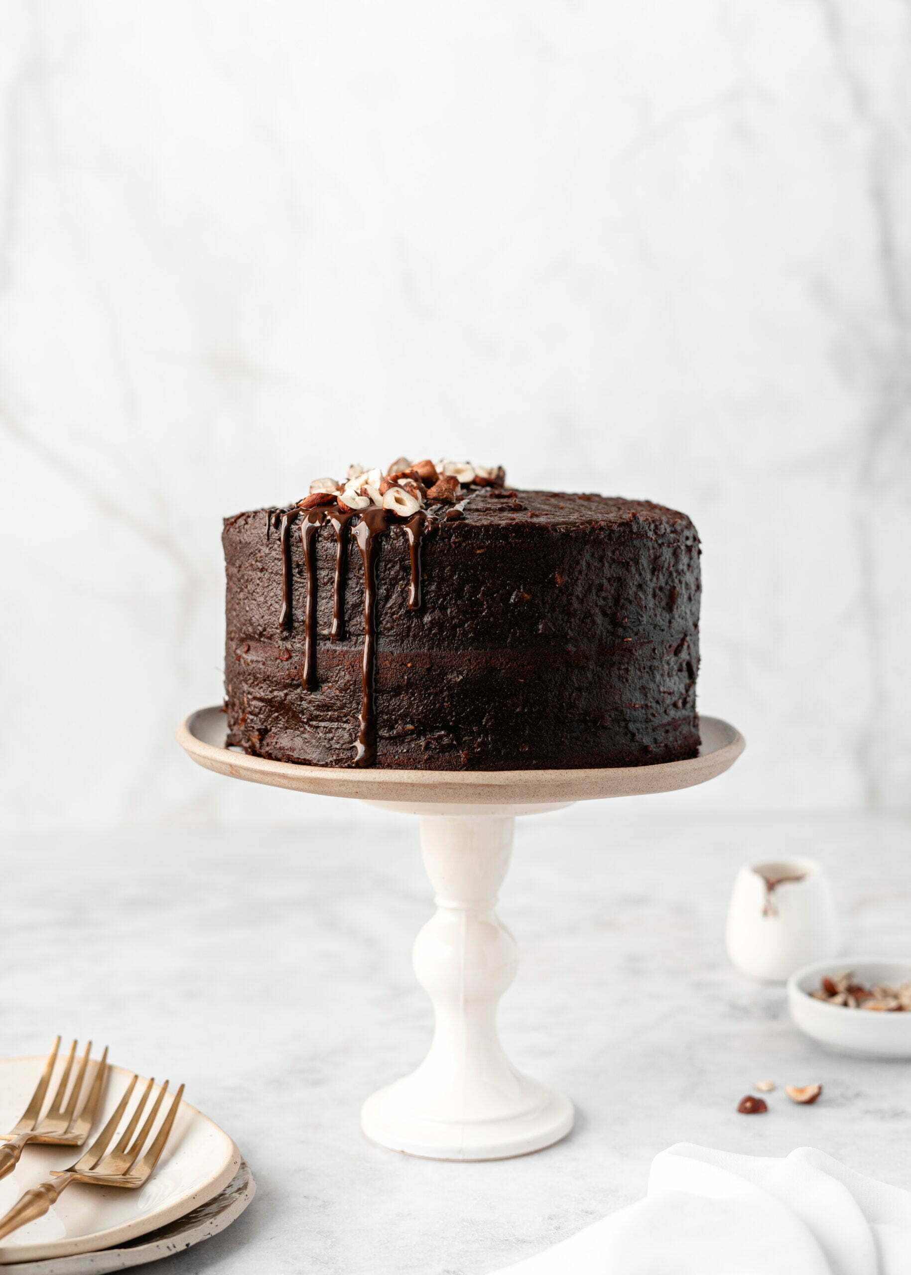 Veganska čokoladna torta z datljevo kremo