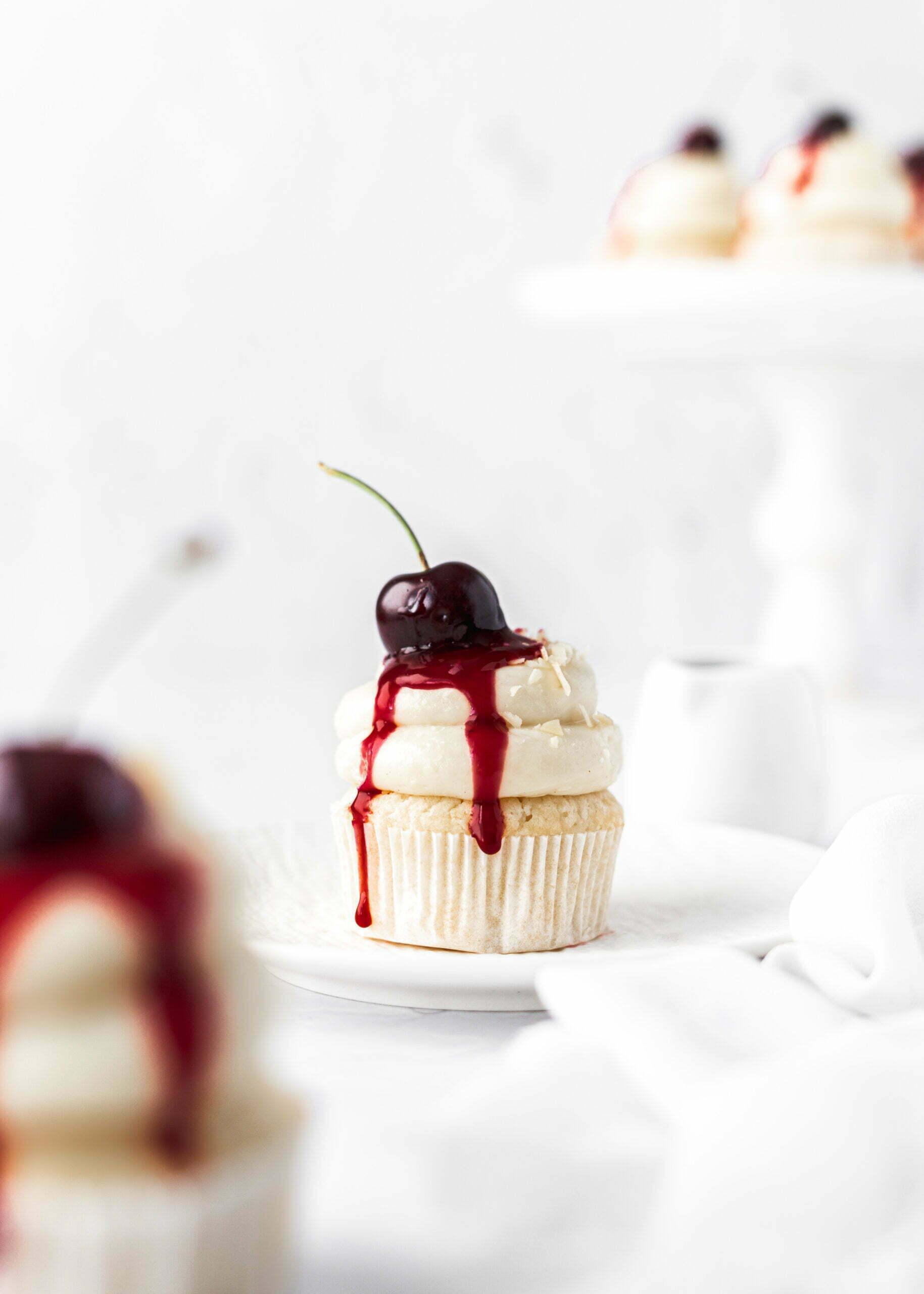Vaniljevi Cupcakes kolački z belo čokolado in česnjami (brez jajc)