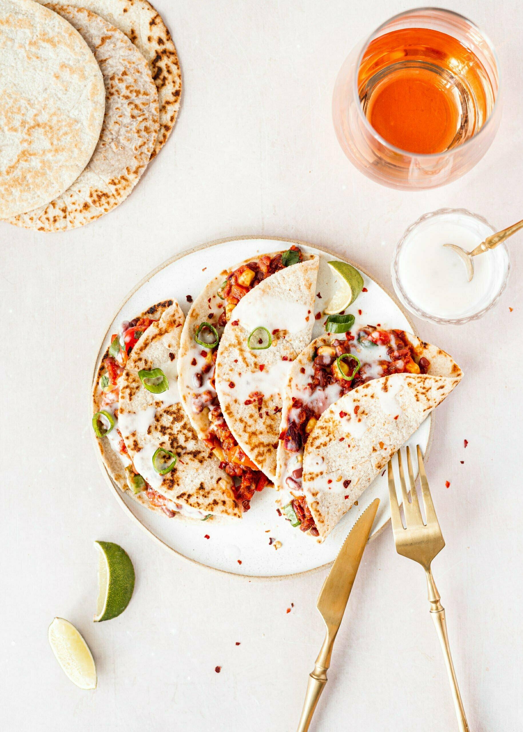 Veganske tortilje iz mandljeve moke s paradižnikovo omako in fižolom