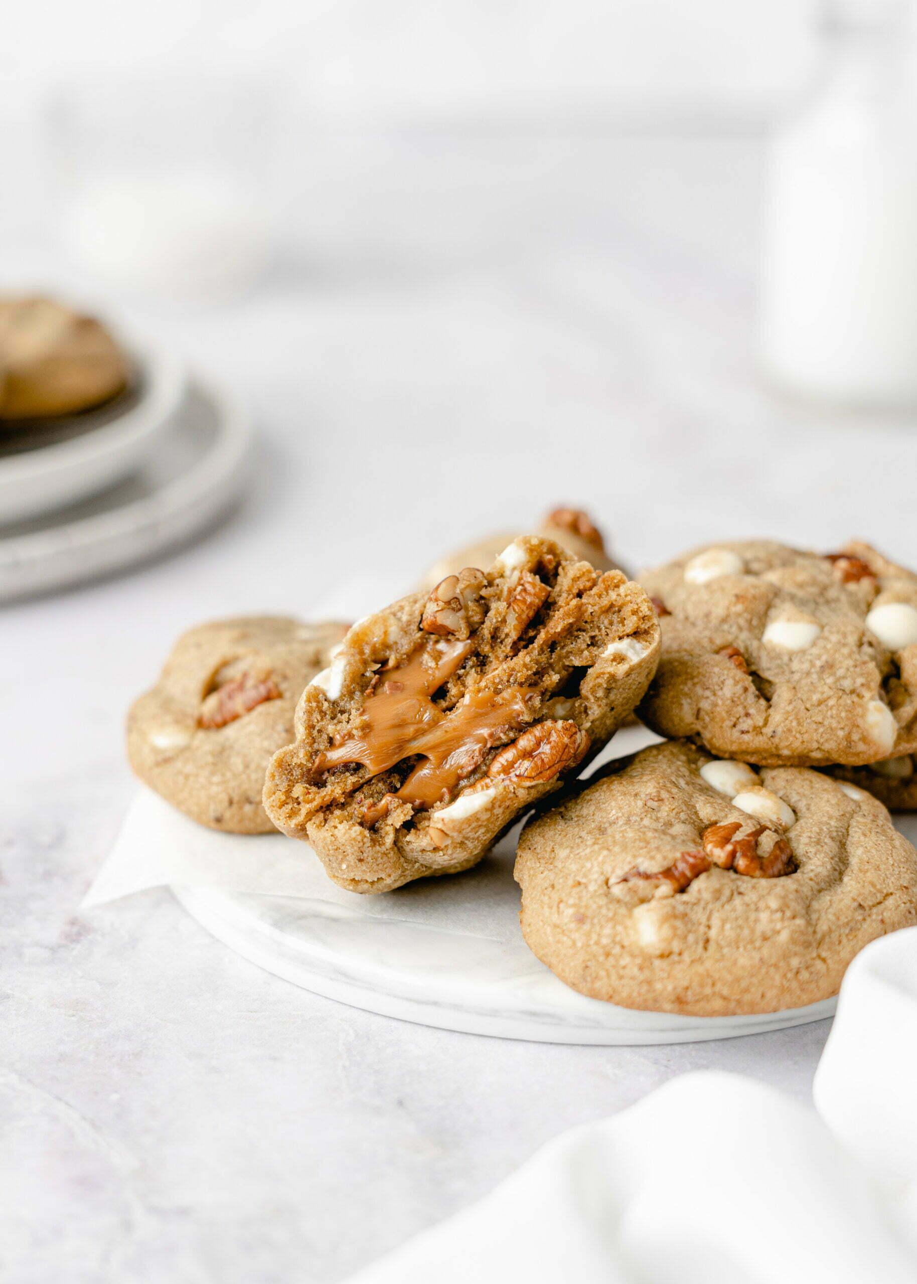 Debeli hrustljavi piškoti s karamelo in oreščki