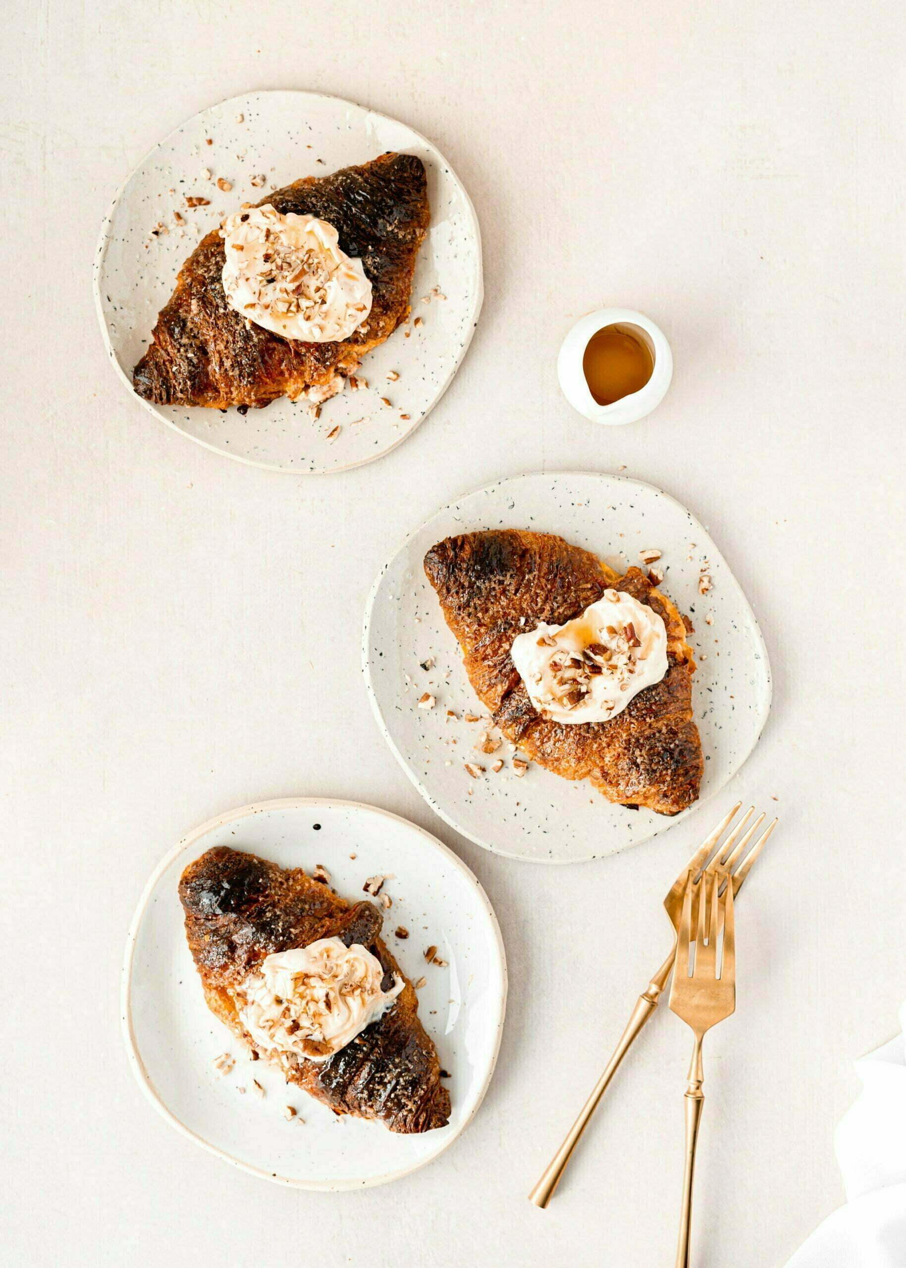 Pečeni masleni rogljčki s Cheesecake kremo in marmelado
