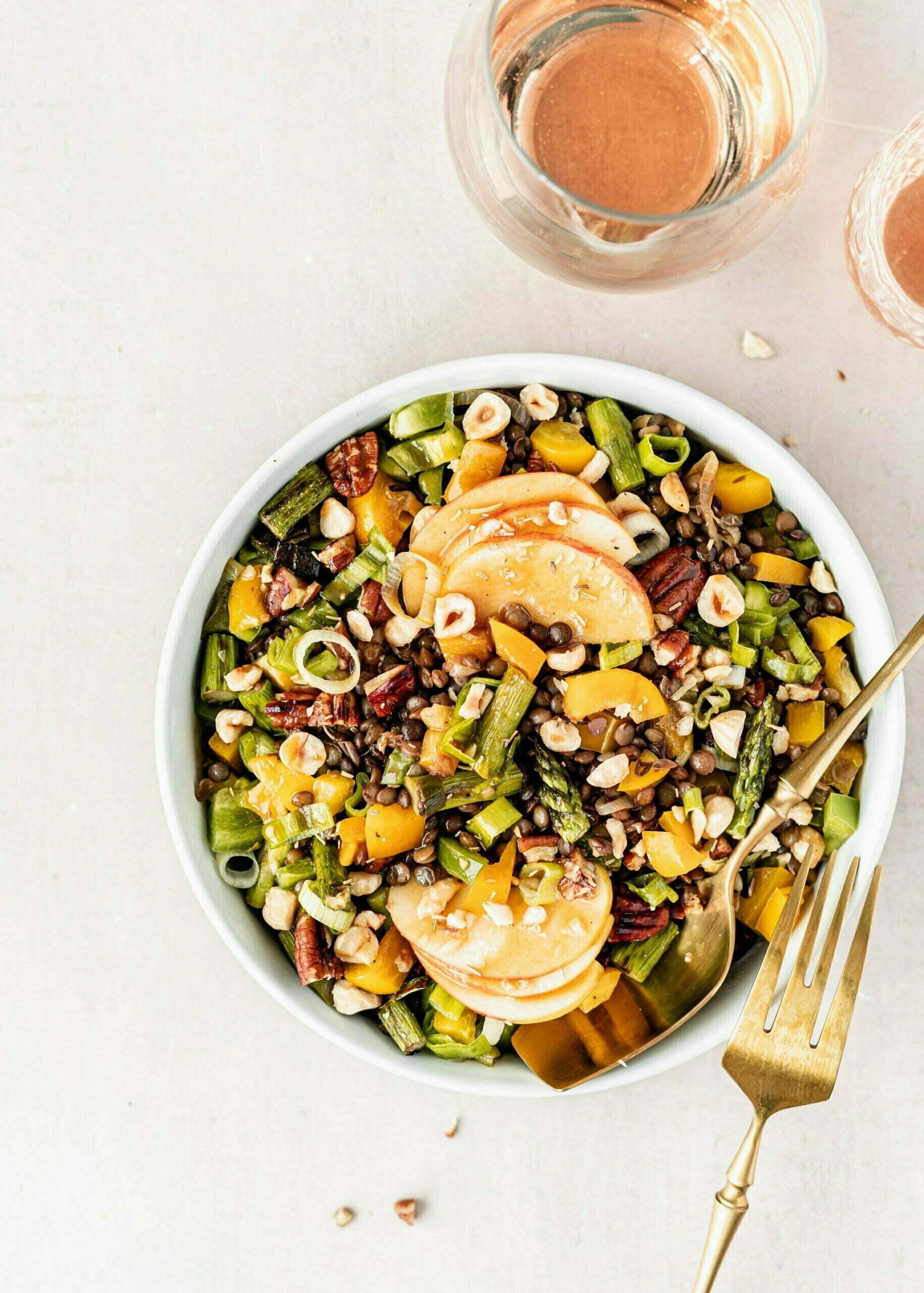 Veganska solata z lečo, praženimi oreščki, jabolki in domačim prelivom