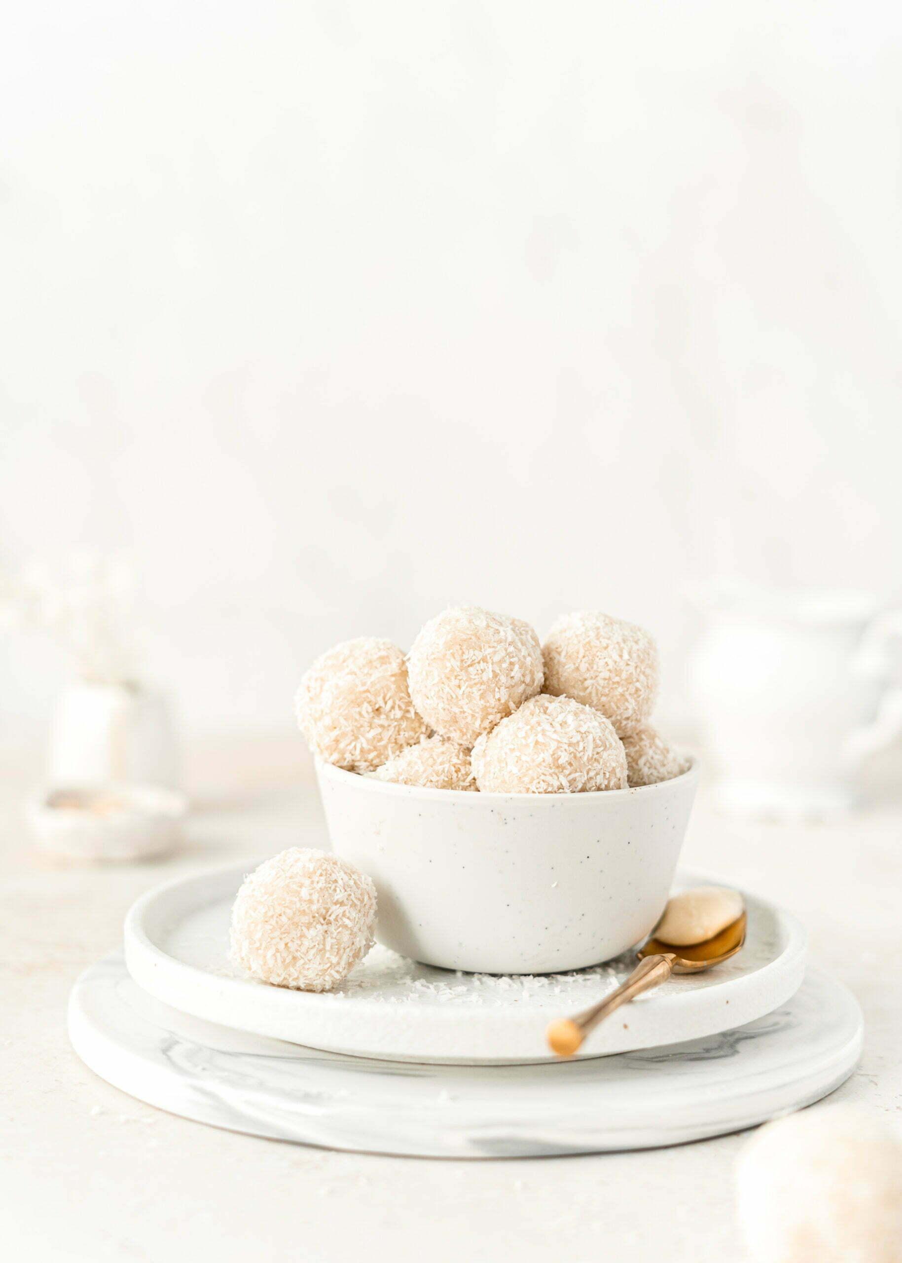 """Proteinske """"Raffaello"""" kokosove kroglice"""
