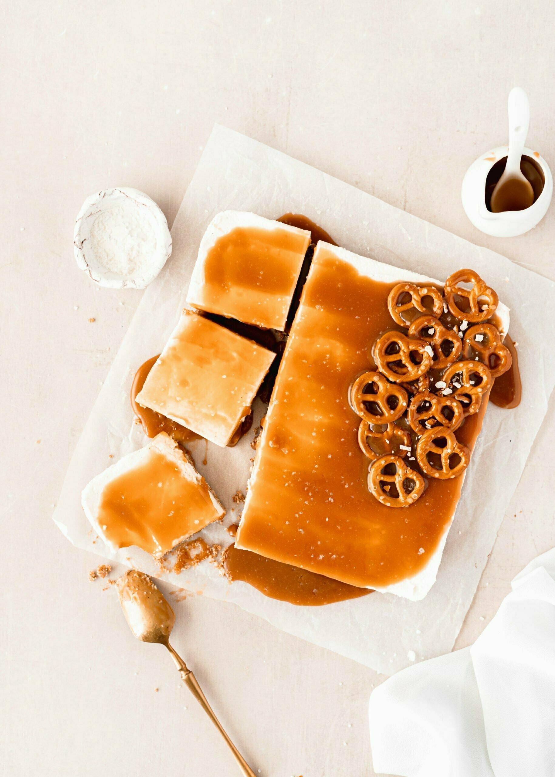 Cheesecake s slano karamelo in presticami, brez peke