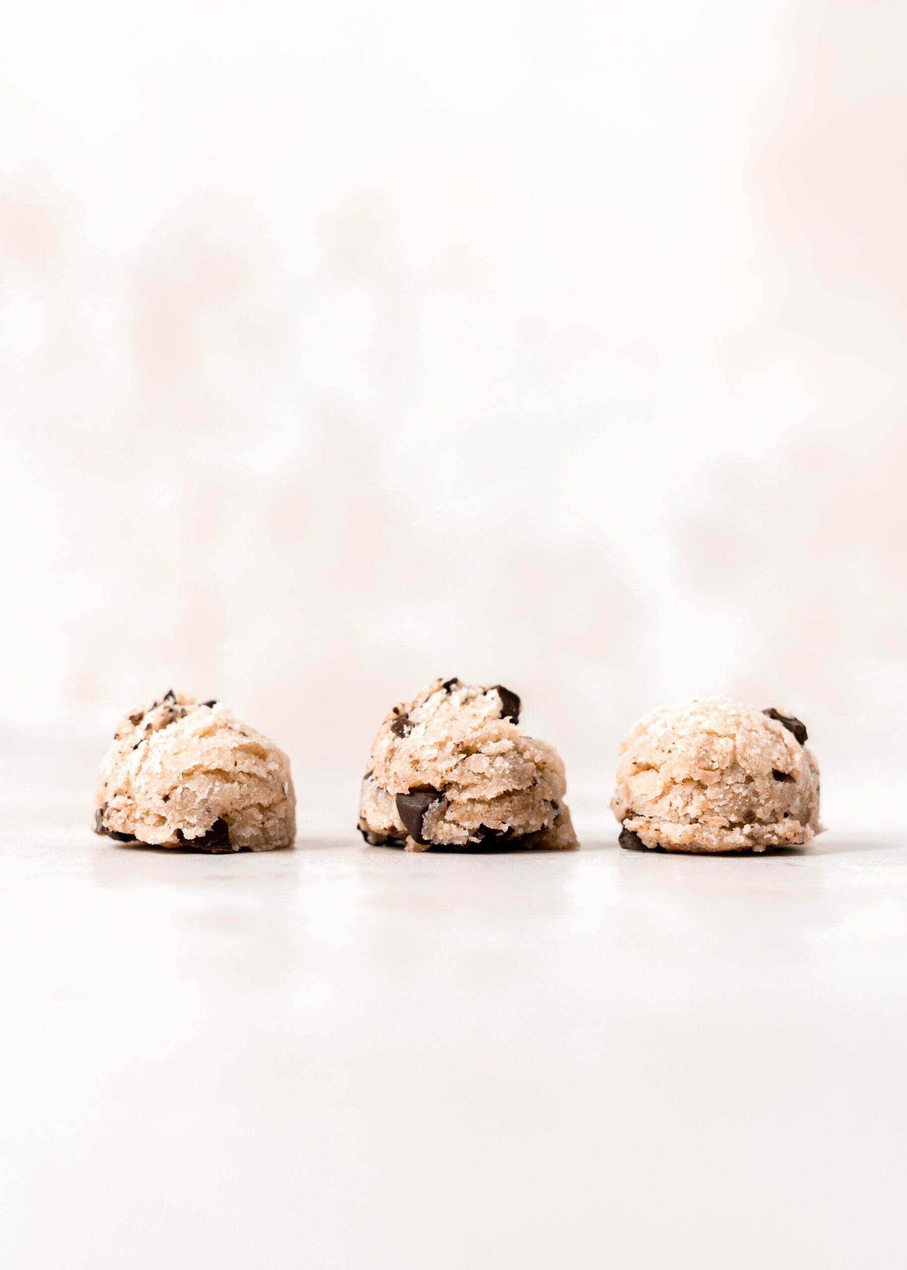 """Cookie Dough"" kroglice iz mandljeve moke in kokosa"