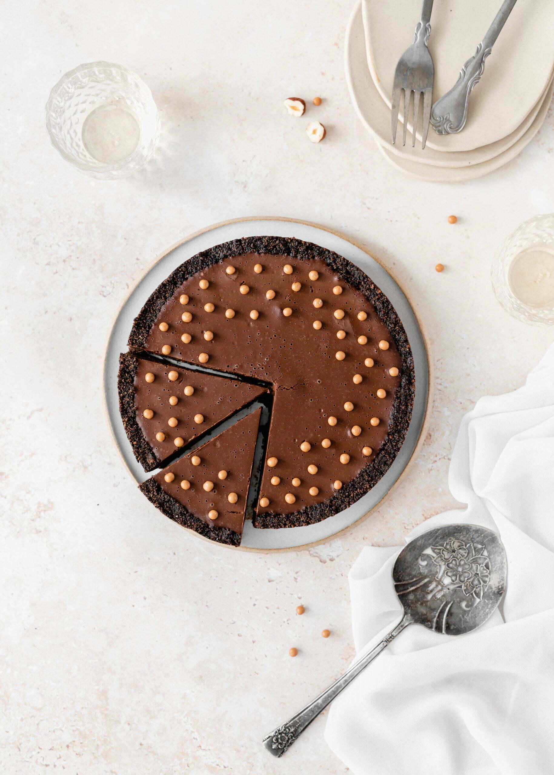 Veganska čokoladna mousse pita s praženimi lešniki - brez peke, brez glutena