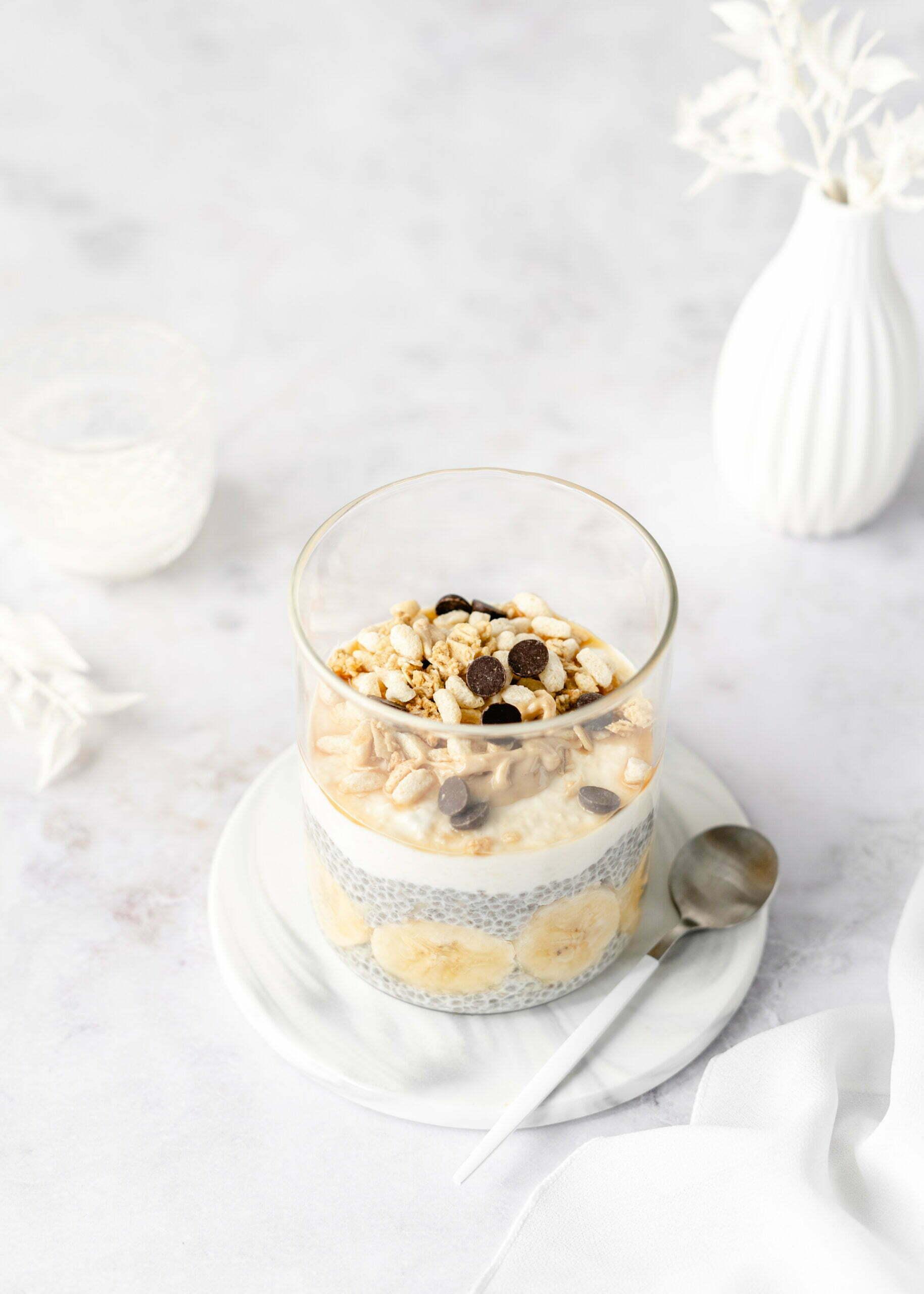 Chia Parfait z jogurtom in granolo