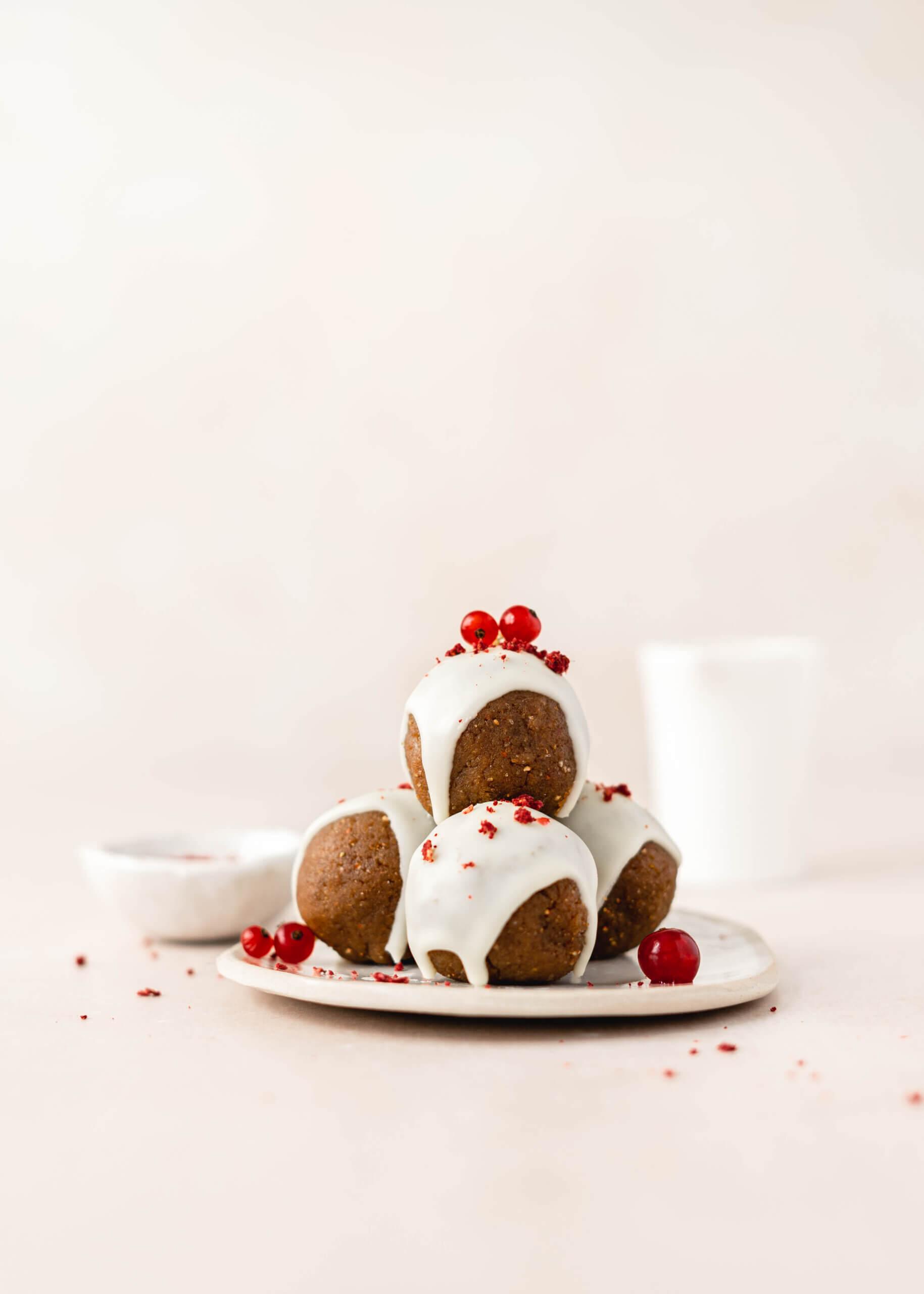 Trufli z belo čokolado in liofiliziranimi jagodami