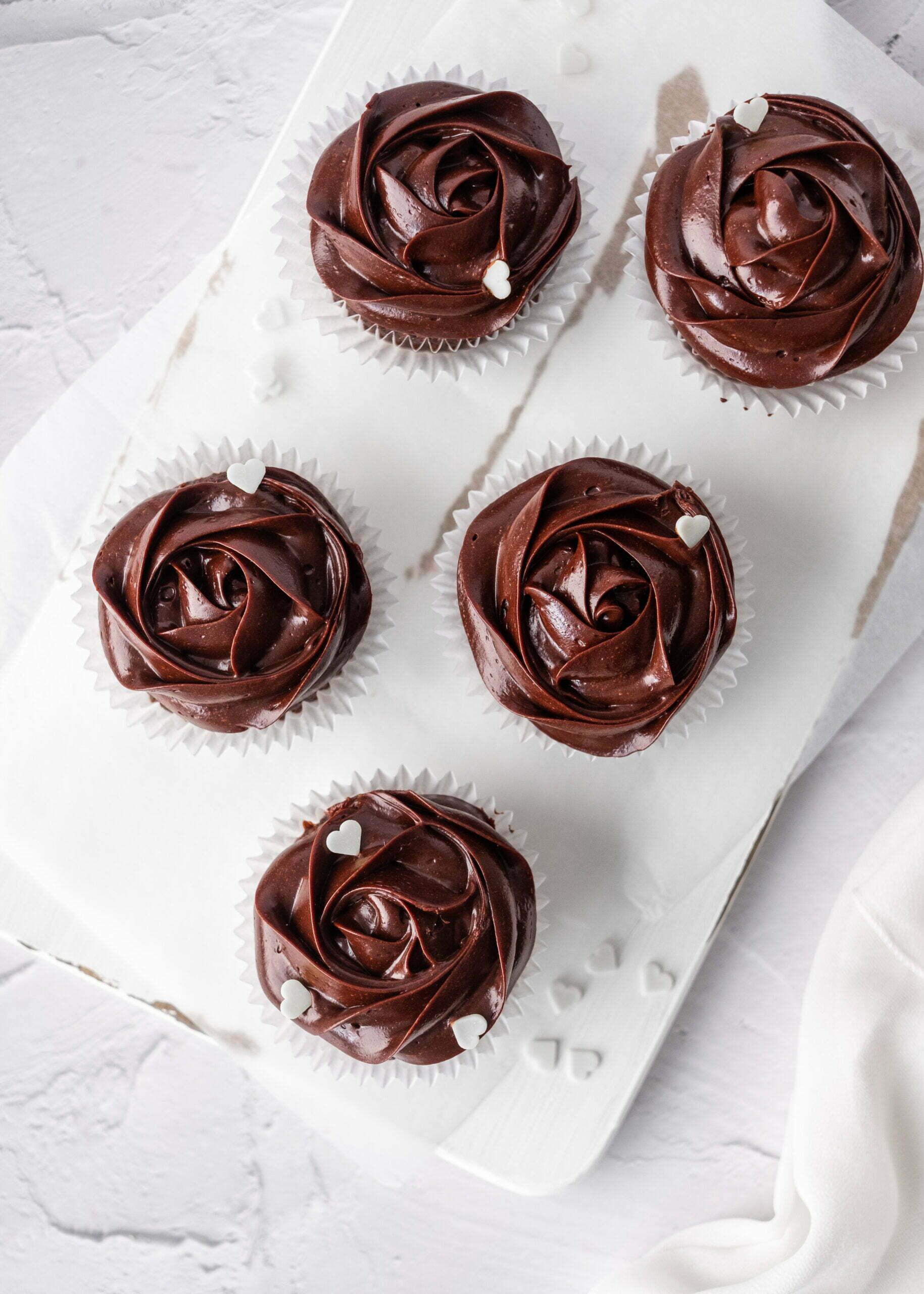 Čokoladni Cupcakes s čokoladno kremo in rumovo karamelo