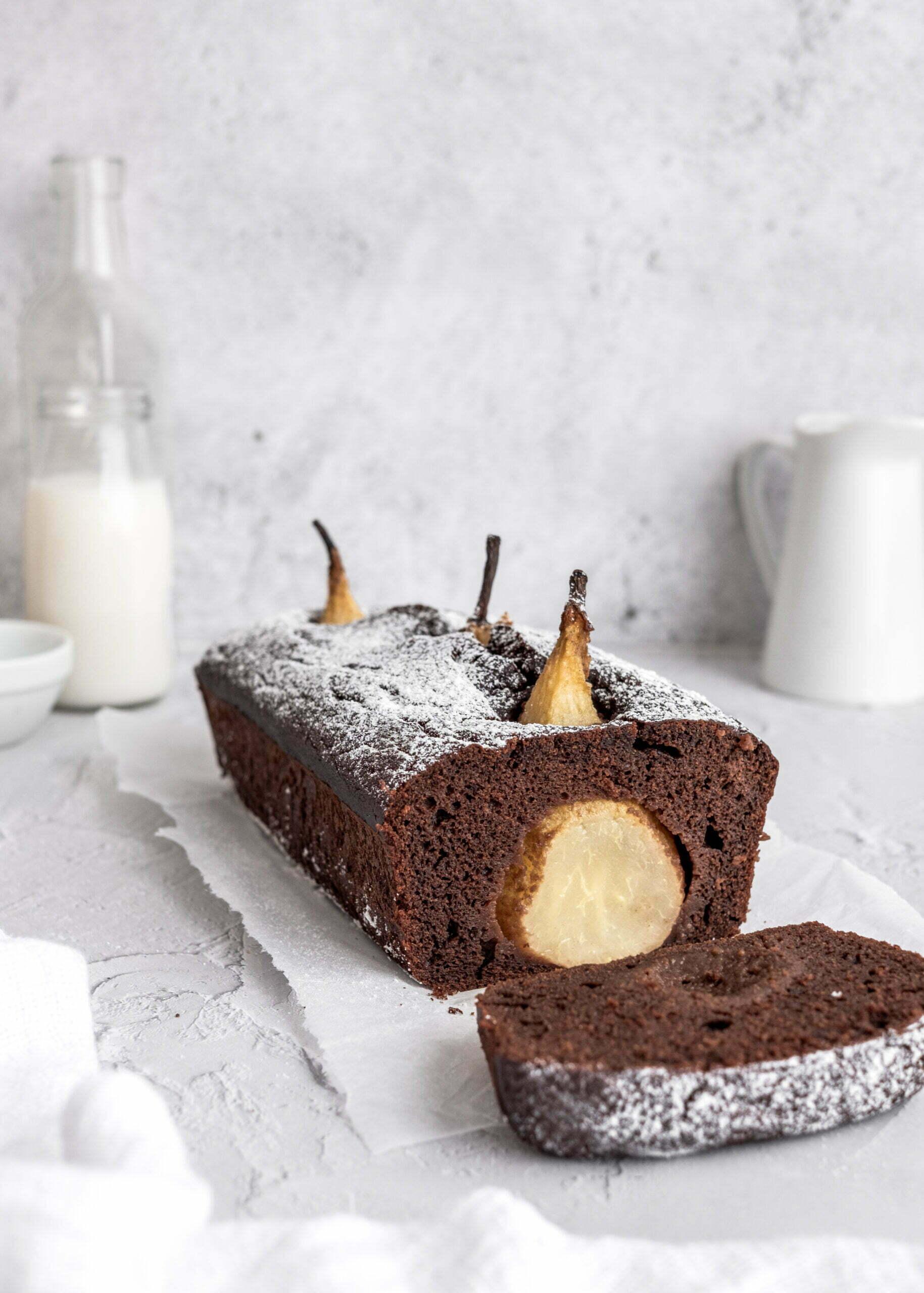 Kakavov kolač s poširanimi hruškami