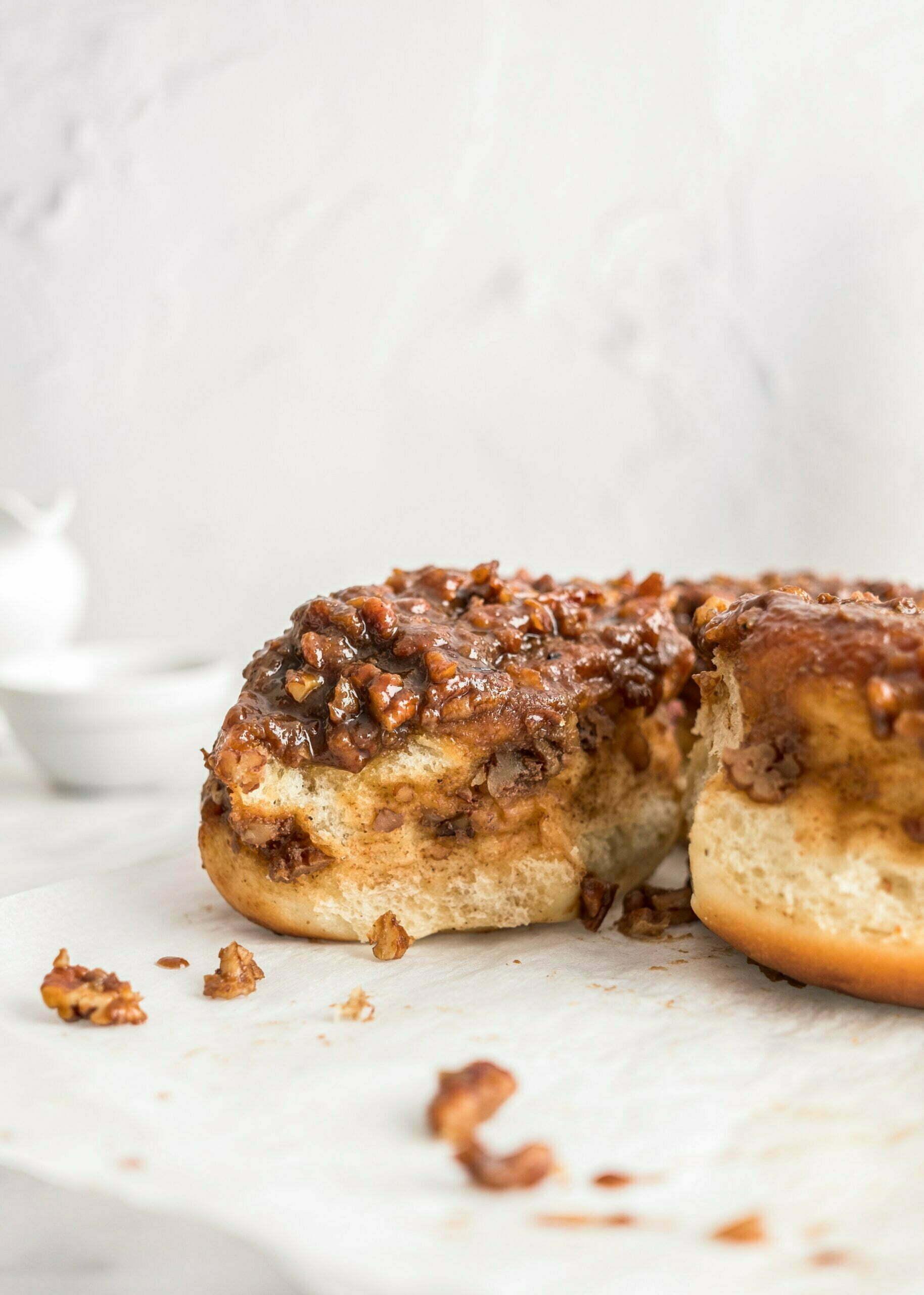 Cimetove rolice s karamelo in ameriškimi oreščki pekan