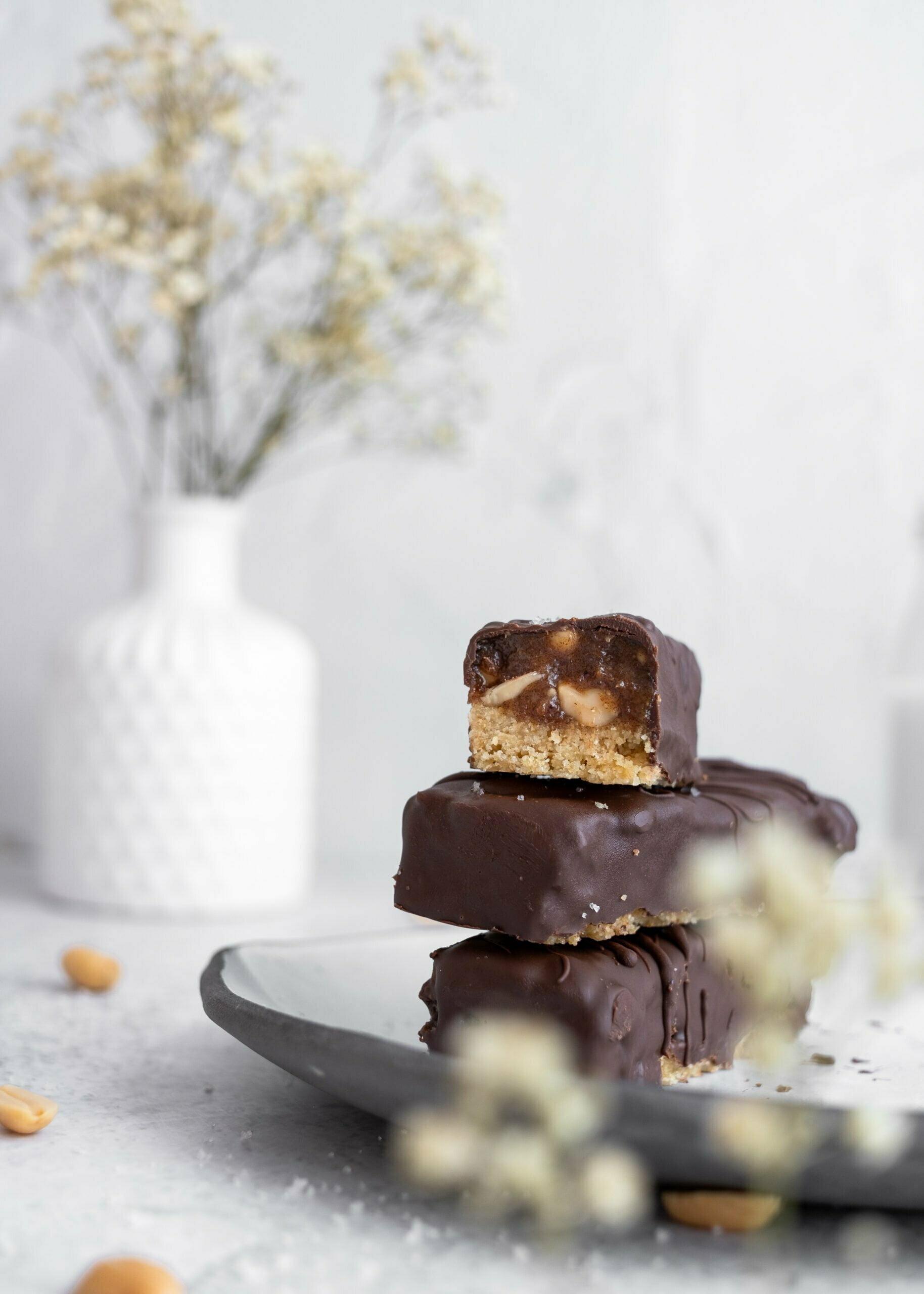 """Čokoladne arašidove čokoladice z datlji oz. """"Snickers"""""""