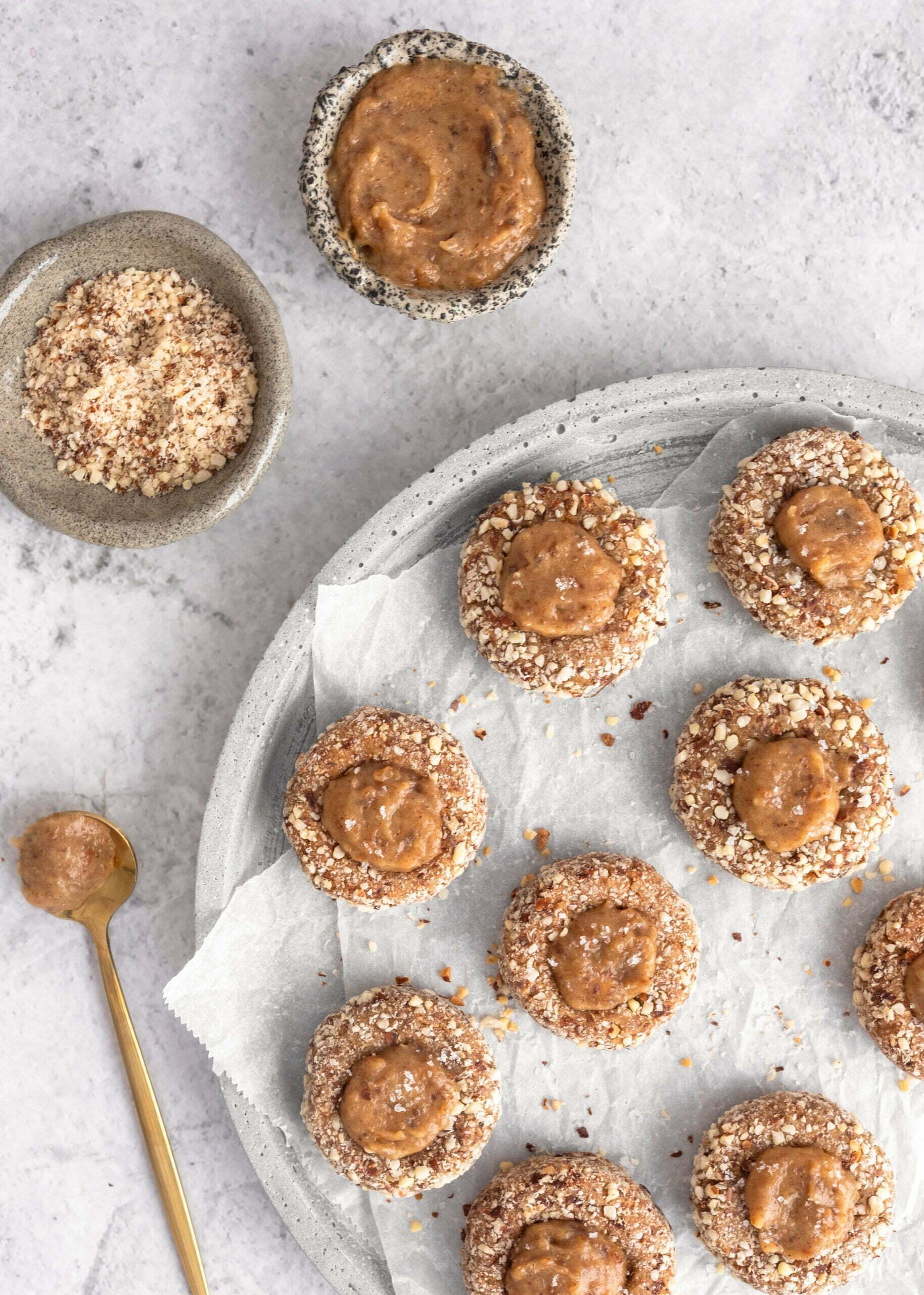 Veganski datljevi piškoti iz riževe moke z datljevo karamelo