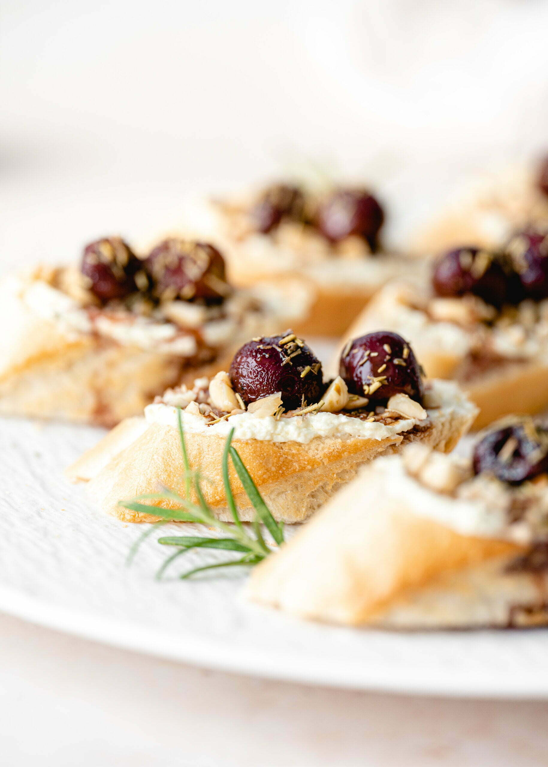 Kanapeji s česnovo kremo, pečenim grozdjem in praženimi lešniki