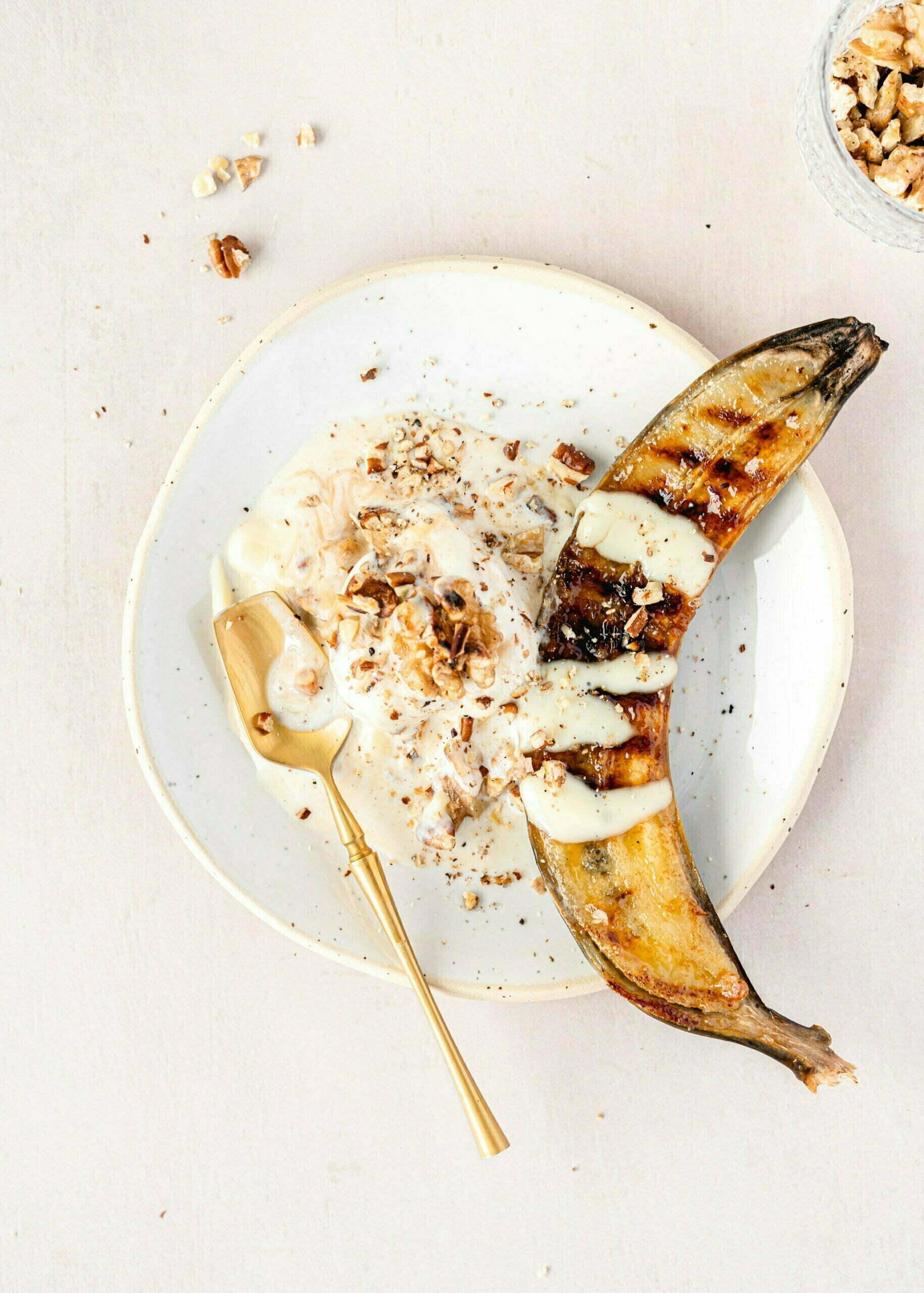 Pečene karamelizirane banane s sladoledom in vaniljevo kremo